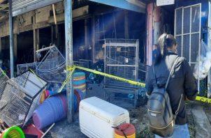 Ingresar al área del incendio en estos momentos se torna peligroso por los gases. Foto: Melquiades Vásquez