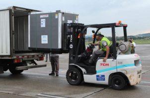 Llegada de la vacuna de AstraZeneca en el área de cargas del Aeropuerto Internacional de Tocumen. Foto: Cortesía Minsa