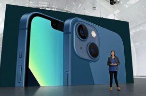 otografía cedida por Apple Inc. en la que se ve a Kaiann Drance durante la presentación del nuevo iPhone 13, este 14 de septiembre de 2021, en Apple Park en Cupertino, California. Foto: EFE