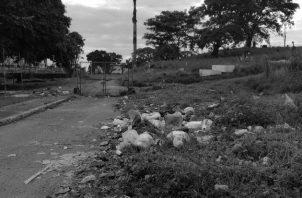 A uno de sus costados depositan restos de electrodomésticos y centros de lavados. Es muy triste ver un lugar de 113 años de historia convertido en un vertedero de basura. Foto: Cortesía de la autora, Johanee Holder.