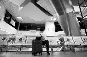 El pasajero que durante una travesía aérea, no porte la mascarilla, debe ser no solo multado, sino también añadido a la lista de los que no se les permita volar en ninguna aerolínea comercial por la violación al protocolo. Foto: EFE.