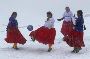 """Varias mujeres aimaras, conocidas como las cholitas escaladoras """"Bolivia Climbing"""", juegan fútbol a 5.000 metros de altitud. Foto: EFE"""