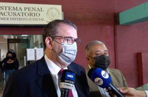 Carlos Carrillo, coordinador del equipo de defensa de Ricardo Martinelli, junto al abogado Roiniel Ortiz ayer durante la audiencia. Víctor Arosemena