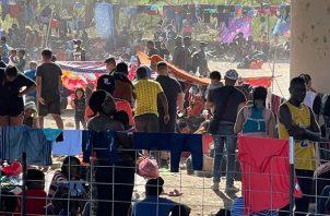 Cientos de inmigrantes indocumentados, la mayoría haitianos, albergados en el campamento de migrantes debajo del Puente Internacional en Del Río, Texas. EFE