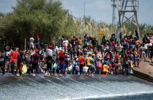 Migrantes procedentes de Haití esperan ayer en el río Bravo para cruzar rumbo a Estados Unidos, en Ciudad Acuña, estado de Coahuila (México). EFE