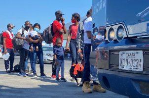 Deportan a haitianos retenidos en un campamento improvisado bajo un puente en la localidad de Del Río en Texas. Foto: EFE