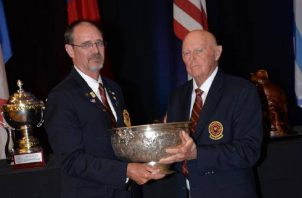 Kevin Tynes recibe el Maytag Bowl. Foto: WSGF