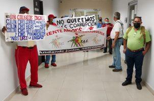 Con pancartas se tomaron la sede regional de la Contraloría en plaza Millenium, Colón. Foto: Diomedes Sánchez