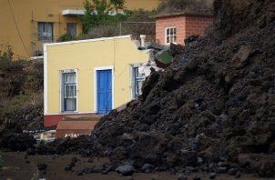 La colada de lava generada por el volcán que entró en erupción el domingo en La Palma ha irrumpido este miércoles en el pueblo de Todoque. Foto: EFE