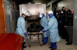 Proceso de incineración de los restos de Abimael Guzman, en Lima (Perú). EFE