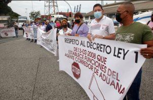 Grupos de transportistas participan en una huelga indefinida en Puerto Balboa. EFE