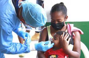 Personal de salud aplica una prueba de hisopado para detectar la covid-19 en isla Chepillo. Foto: Cortesía Minsa