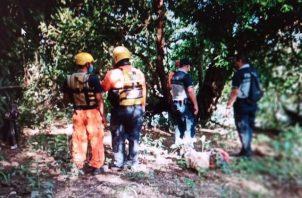 Los rescatistas ubicaron el cuerpo en medio de ramas y piedras dentro del río. Foto: José Vásquez
