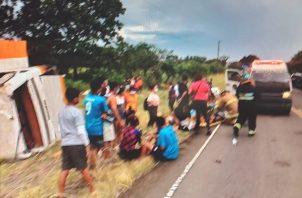 El autobús se salió de la vía y el conductor supuestamente perdió el control volcándose. Foto: Melquiades Vásquez