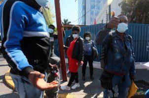 Ciudadanos haitianos llegan al Consulado de Haití para intentar regularizar sus documentos en Chile. Foto/EFE