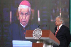 El presidente de México, Andrés Manuel López Obrador (d), escucha una misiva leída por el cardenal Rogelio Cabrera, arzobispo de Monterrey y presidente del Episcopado Mexicano (CEM). EFE