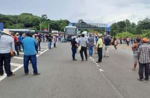 Los manifestantes informaron que la manifestación es pacífica, pero se desconoce cuándo podría normalizarse el libre tránsito por el área. Foto: Melquiades Vásquez