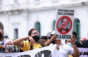 Miembros del partido Realizando Metas protestan.