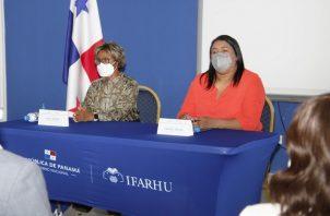 La viceministra de Salud, Ivette Berrío (izq.), participó del acto en el salón de conferencias del Ifarhu donde se hizo este miércoles el anuncio. Foto: Cortesía Minsa