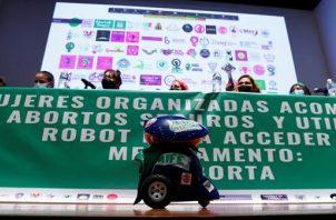 """Un grupo de feministas presentó el robot bautizado como """"RAborta"""". Foto: EFE"""