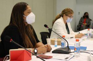 Guimara Tuñón (izq.) tuvo la compleja tarea de ser facilitadora de la comisión de la que salieron los aportes para el riesgo de pensiones. Foto: Cortesía