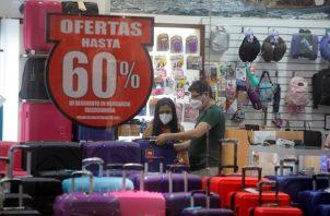 Clientes compran hoy en el centro comercial Albrook Mall, en Ciudad de Panamá (Panamá). Foto: EFE