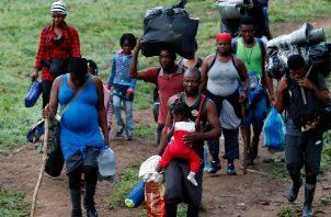 Migrantes haitianos en su camino hacia Panamá por el Tapón del Darién en Acandi (Colombia). Foto: EFE