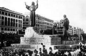 Cientos de personas congregadas ante el monumento a san Francisco de Asís, en Roma, Italia, en 1935. Foto: EFE.