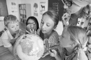 Los educadores que propician la curiosidad han despertado en sus estudiantes el gran potencial que llevan oculto y producto de esa curiosidad se han realizado grandes inventos donde la humanidad ha sido beneficiada. Foto: Freepik.