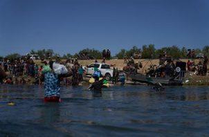 Migrantes intentando cruza el Río Grande para entrar a Estados Unidos. Foto: EFE