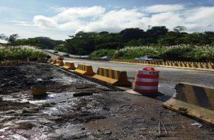 En la madrugada se llevaron a cabo las reparaciones y se logró vaciar que el concreto en el tramo que conduce hacia el interior del país, para de esta manera regular el tráfico en la zona. Foto: MOP