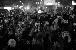 """No conocen la defensa, solo el ataque. Cuando ven el crepúsculo de las mieles de su fe, toman las calles al grito de """"¡Democracia!"""". Queman, roban, insultan y destruyen para apartar el foco de su queridísimo líder. Foto: Ilustrativa. EFE."""