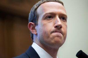 Bloomberg calcula que el creador de Facebook, Mark Zuckerberg, acumula ahora 121,000 millones de dólares, por lo que sería el quinto más rico del planeta. Foto. EFE