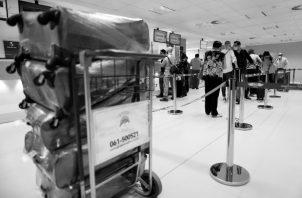 """Son pocas las aerolíneas que han implementado el pasaporte sanitario y solamente lo pueden obtener aquellos pasajeros que reciban una """"invitación"""", absurda medida que limita, su exitosa implementación. Foto: EFE."""