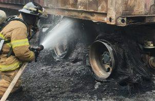 El fuego consumió en su totalidad los neumáticos del articulado. Foto: José Váquez