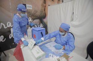 Se han administrado en el planeta más de 6,360 millones de dosis de vacunas contra la covid-19. Foto: EFE