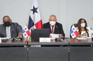 Benicio Robinson (centro) presidió la sesión, mientras que Raúl Pineda (izquierda) sustentó la justificación para devolver el presupuesto. Foto: Cortesía Asamblea Nacional