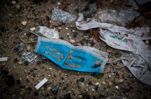 Muchas mascarillas están terminando en ríos, mares y océanos. Foto: EFE