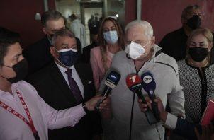 El exmandatario Ricardo Martinelli conversó hoy con los periodistas antes de ingresar a la audiencia. Foto: Víctor Arosemena