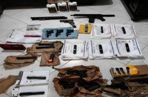 Algunas de las partes para el ensamblaje de armas encontradas aún se encontraban en sus empaques de fábrica. Foto: Eric Montenegro