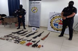 Entre las armas de fuego encontradas había varias escopetas, una pistola 9mm, además de un revolver calibre 38, entre otras armas. Foto. Mayra Madrid