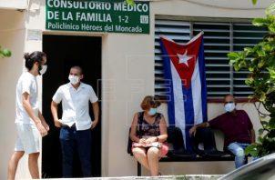 Varias personas esperan fuera de un consultorio médico para vacunarse con la vacuna cubana Abdala contra la covid-19, en La Habana (Cuba).. Foto: EFE