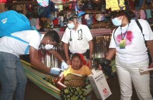 Personal de salud aplicó la vacuna contra el coronavirus a personas encamadas en la comarca Guna Yala. Foto: Cortesía Minsa