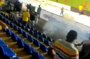 Una fuente policial indicó que fue necesario el uso de gas pimienta para controlar la situación en el estadio, que no dejó lesionados ni personas detenidas. Foto: Thays Domínguez