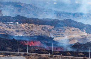 La colada de lava en la localidad de El Paso, el volcán continúa emitiendo abundante lava de su cráter principal. Foto: EFE
