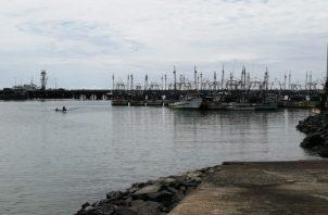 Las 102 embarcaciones de arrastre que zaparon del Puerto de Vacamonte implican la vuelta al trabajo de 510 personas. Foto: Eric Montenegro