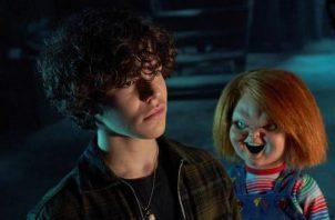 """Zackary Arthur (i) como Jake Wheeler y el muñeco diabólico Chucky, durante una escena del primer episodio de la serie """"Chucky"""". Foto: EFE /Steve Wilkie / Syfy"""