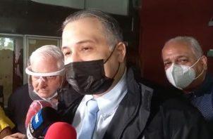 El abogado Alfredo Vallarino conversa con los periodistas a su salida del Sistema Penal Acusatorio de Plaza Ágora