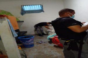 El proceso de revisión de las celdas lo llevaron a cabo los custodios de turno con el fin de mantener el orden y la seguridad. Foto: Diomedes Sánchez