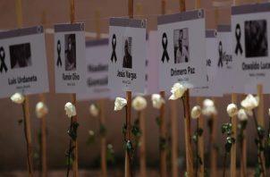 Fotografías de trabajadores de la salud que han muerto por causas relacionadas a la covid-19. Foto: EFE